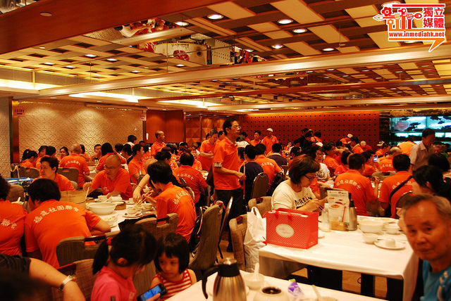 Photos showing the Fujianese Tong Xian Hui (fellow townsman association) hosting big lunch for their members before the rally. Photo from inmediahk.net