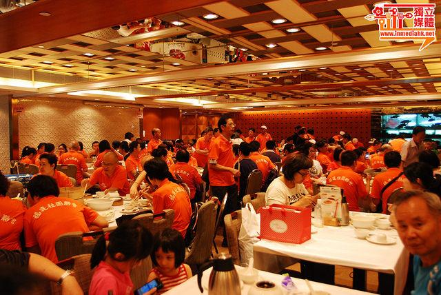 Photos showing the Fujianese Tong Xian Hui (fellow townsman association) hosting big lunch for their members before the rally. Photo from inmediahk.net