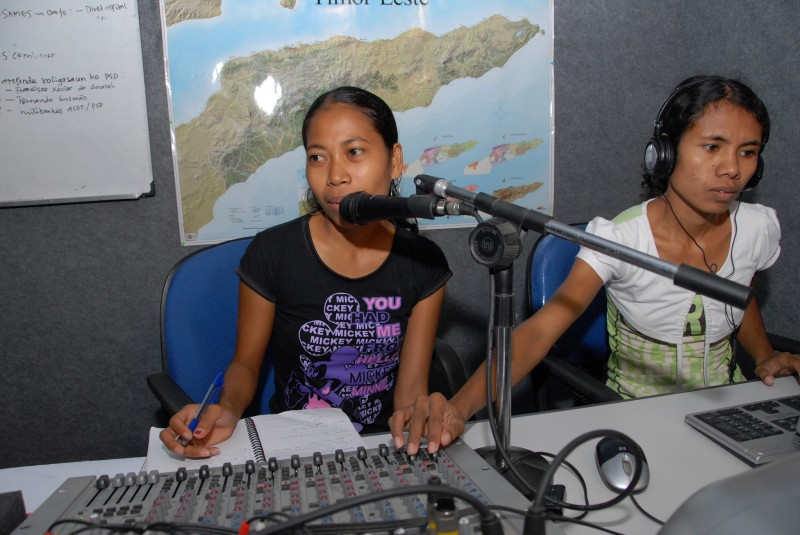 East Timorese youth undergoing a journalism training sponsored by the Independent Centre for Journalism. Photo from Flickr page of DFAT photo library (CC BY 2.0)