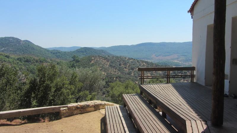 Vista desde el porche de la Escuela de la Naturaleza. Foto de Güneş Sönmez, usada con permiso del autor.