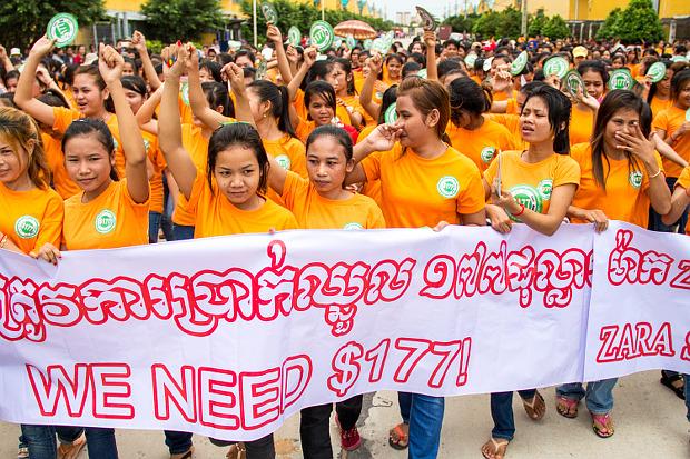 Trabalhadores cambojanos apelam a grifes globais de confecção por um salário mínimo de US$177. Foto de Licadho