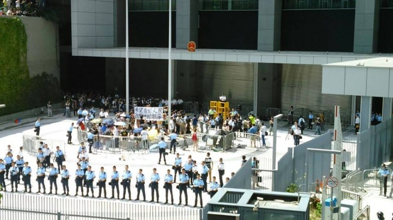 Police sealed off the civic square and took action to arrest 61 protesters in the afternoon on 27 September 2014. Photo from inmediahk.net's Facebook.