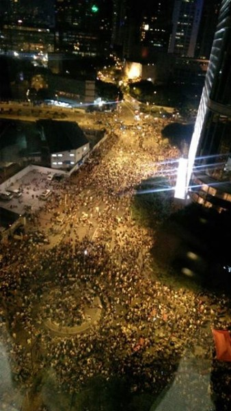 Thousands of protesters were still gathering in front of the government headquarter late at night on 27 of September. Photo from Facebook user Fernando Cheung.