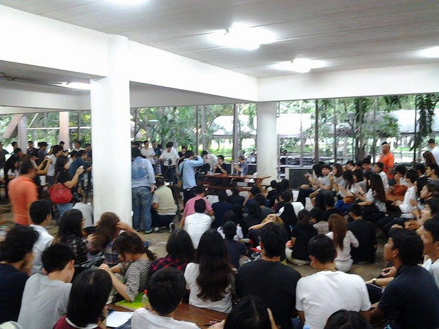 About a hundred students of Thammasat University joined the planned lecture on authoritarianism. Photo from Prachatai website.