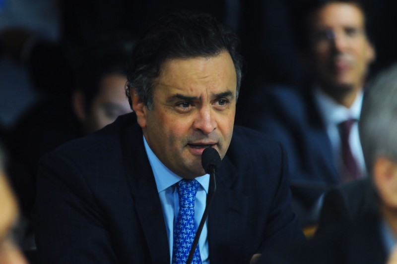 Aécio Neves has filed suit against Twitter demanding it discloses information on 66 users; now bloggers claim he's using fake accounst to deal with negative Youtube videos. Image by flickr official Aécio Neves account. CC BY 2.0