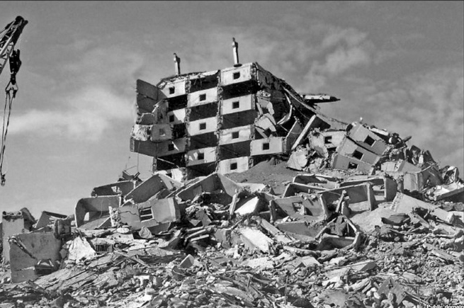 A prefabricated building after the 1988 earthquake. Creative Commons.