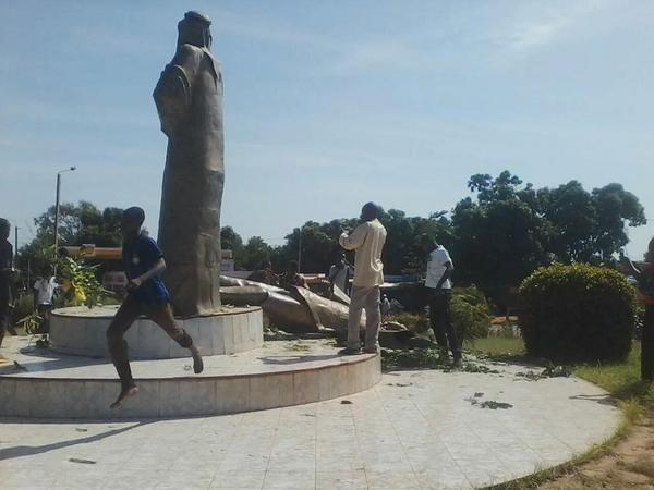Statue of President Campaoré Taken Down by Protesters in Burkina Faso - via Edem Tchakou (with permission)