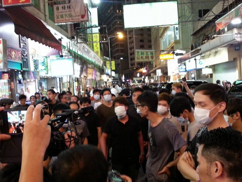 Thugs with face masks appeared in Causeway Bay sit-in site at around 6pm.  Photo taken by Cheung Ka Man.
