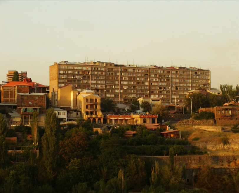 Soviet housing along Hrazdan River. Photo by Sina Zekavat.
