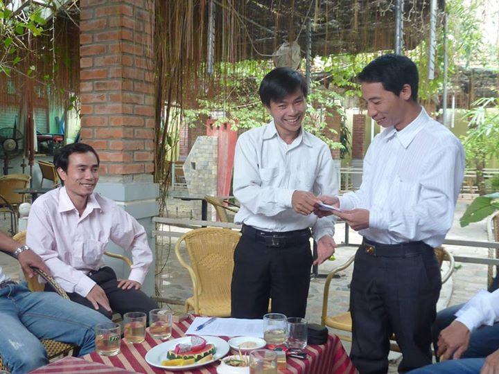 Dang Xuan Dieu (napravo) a další aktivisté před zatčením v roce 2011. Fotografie ze stránky přívrženců na Facebooku.