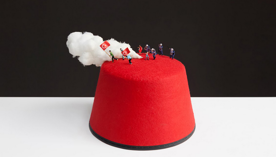 """""""FEZ: Dioráma tureckých pouličních protestů"""" – sdíleno uživatelem @slinkachu."""