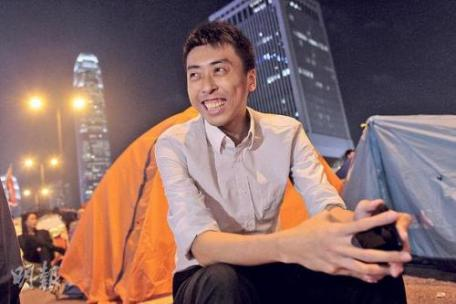 Chan  Chak To sets up his camp in Admiralty, a major sit-in site of the Occupy Central movement and continues to record what he has witnessed online. Photo from inmediahk.net.