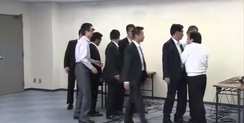 Screenshot of confrontation between Osaka Mayor Toru Hashimoto and  Zaitokukai leader Makoto Sakurai, via YouTube user 2020 Tokyo.
