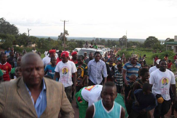 Le leader de l'opposition UPND, M. Hakainde Hichilema (en chemise blanche et manches retroussées), en campagne dans le district de Luwingu de la province du nord à domination de l'ethnie bemba. Photo utilisée avec la permission de la Zambie Watchdog.