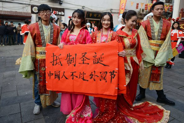 College students in Hunan province held anti-Christmas pageant. Image from Sina Weibo.
