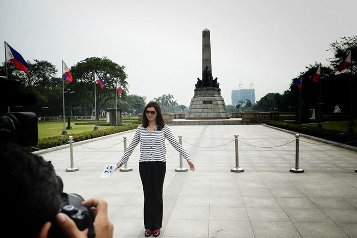 Senator Pia Cayetano poses in front of the Rizal monument to show how the residential tower is ruining the view of the heritage site. Photo from Facebook page of Senator Pia