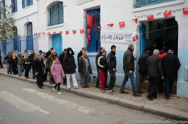 Voters stand in line to cast their votes. Photo shared by Tunisia Live on Twitter