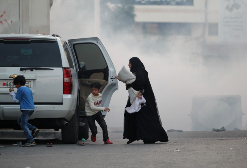Baby girl surrounded by tear gas, with her mother and her siblings heading to their car during the clashes