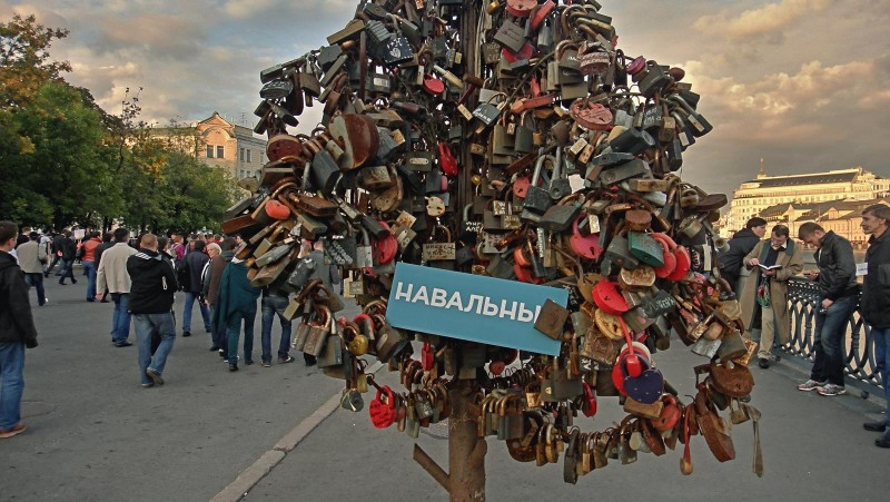 """Wedding locks and Navalny,"" Moscow, September 10, 2014, photo by Vladimir Varfolomeev, CC 2.0."