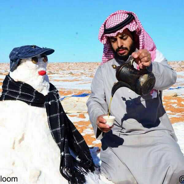 A Saudi having coffee with snowman. Photograph shared by @Aalthekair on Twitter
