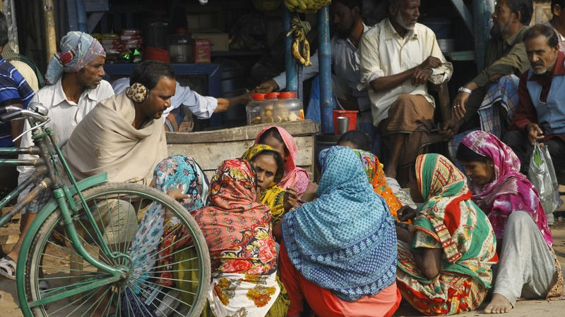 Bangladeshi day-laborers passing idle-time due to ongoing political unrest. Image by Shafiqul Alam. Copyright Demotix (9/2/2015)