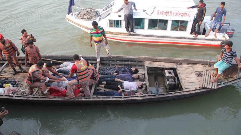 Recovered bodies are brought to the shore in a dinghy. Image by Reporter#7619314. Copyright Demotix (22/2/2015)
