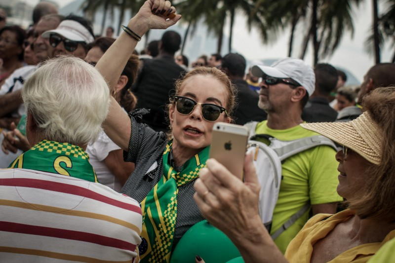 Taking a selfie. Photo: Mídia Ninja, Flickr / CC-BY-NC