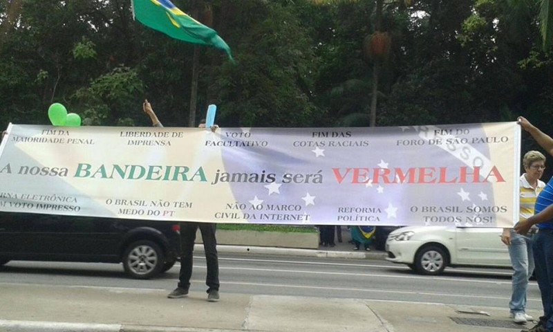 "A banner on a anti-Dilma protest in November: ""Our flag will never be red"". They also demand: ""the end of Marco Civil""."