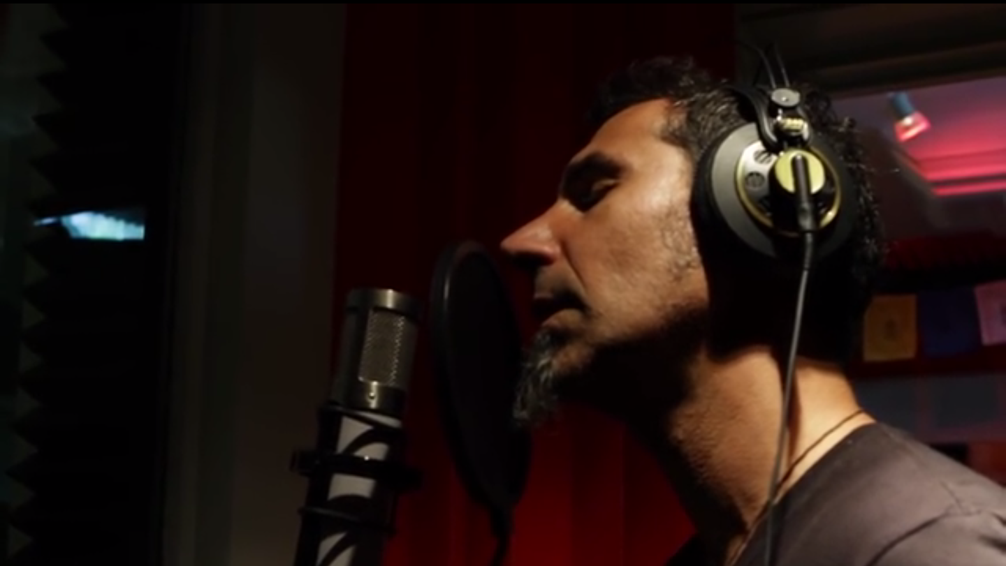 "Serj Tankian performing in ""100 years"". Source: Screenshot of the music video."