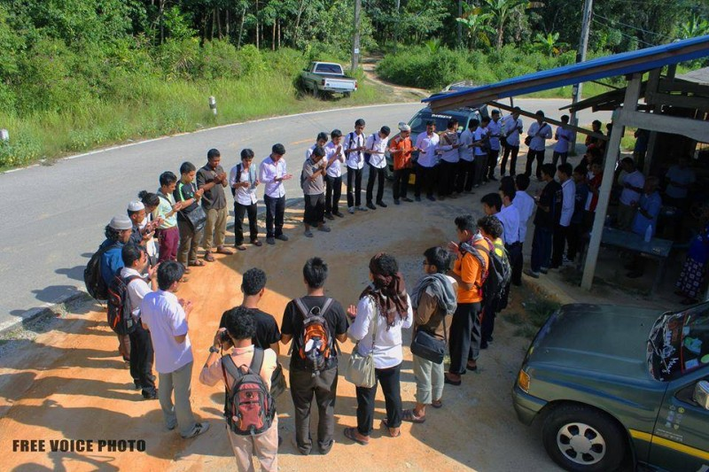 Students and young people offering prayers for the safety of the detainees. Photo from Free Voice.