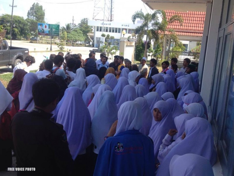 Thai Muslims gather in solidarity against army detention of  students. Photo from Free Voice, used with permission.
