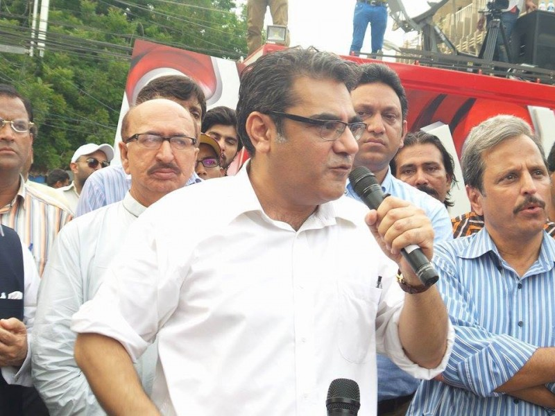 Senior Journalist Amir Zia speaking to protesters in Karachi Photo Credits - Stand with BOL