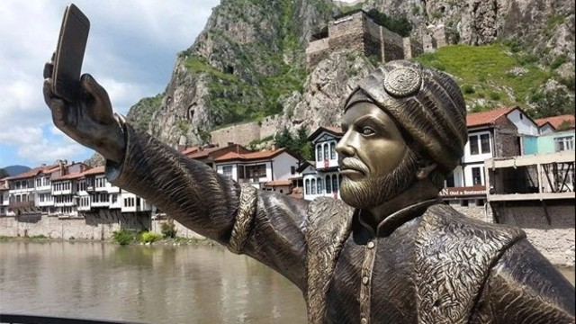 Amasya, Turkey. The statue of a selfie taking Ottoman Prince, constructed by the Municipality. Image taken from mynet. Link: http://img7.mynet.com.tr/hbr/2015/05/09/070419302/29236797-640x360.jpg