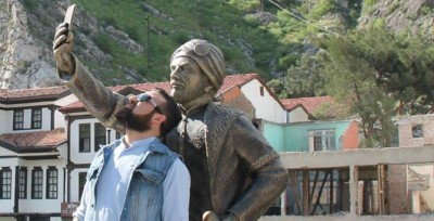 Amasya, Turkey. A man pretending to take a selfie with the statue. Image taken from Onedio. Link: http://img-s2.onedio.com/id-554e1e98e9ca6be372dc946b/rev-0/raw/s-74c2baf3b1ff91ebdc8c7d8ae5f58796b2c45b30.jpg