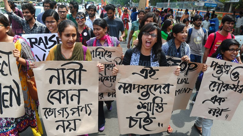 Protestas estudiantiles ante el fracaso de la  policía para prevenir el acoso sexual a numerosas  mujeres durante las celebraciones de Pahela  Baishakh. Imagen de Mohammad Asad. Derechos de  autor Demotix (19-4-2015)
