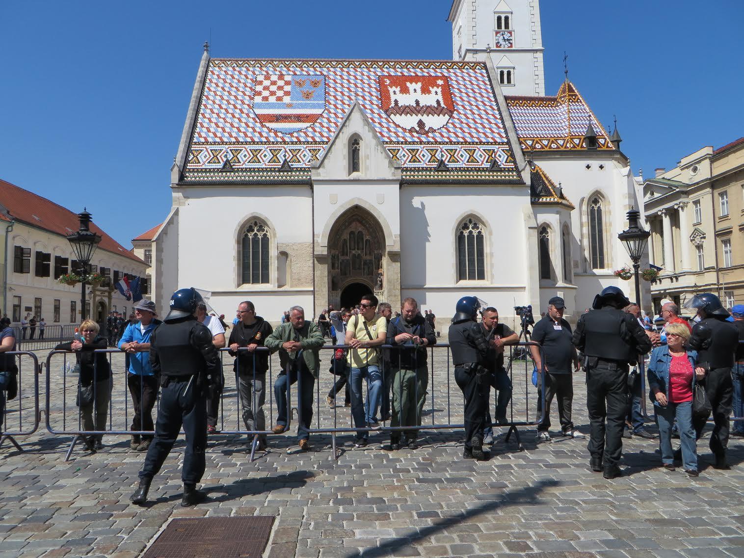 Polisi lawan pemrotes