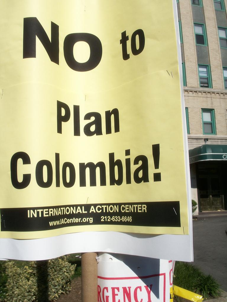 Afiche en contra del Plan Colombia. Foto tomada de la cuenta en Flickr de Daniel Lobo bajo licencia Creative Commons.