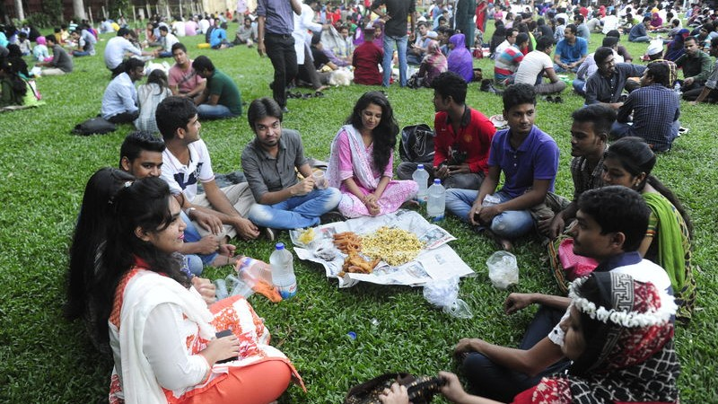 People gathering to break their fast together at Teacher Student Centre (TSC), University of Dhaka. Image by Mohammad Asad. Copyright: Demotix (29/6/2015).