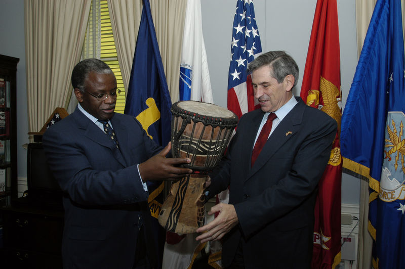 Former Ugandan Prime Minister presenting a gift to former US Deputy Secretary of Defense Paul Wolfowitz. Mbabazi intends to challenge president Museveni. Public Domain photo by  US Federal Government.