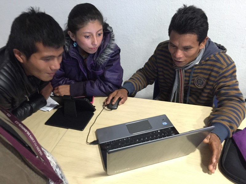 Ever Kuiru (right) shows Deiver Edisson Canticus and Yeraldin Domico the website to his digital project.