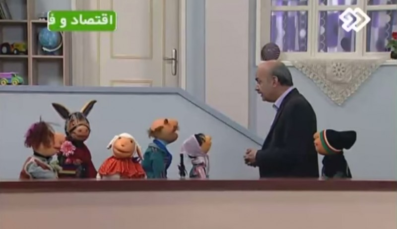 Mr. Host with the puppets of Kolah Germezi. Screenshot from YouTube.