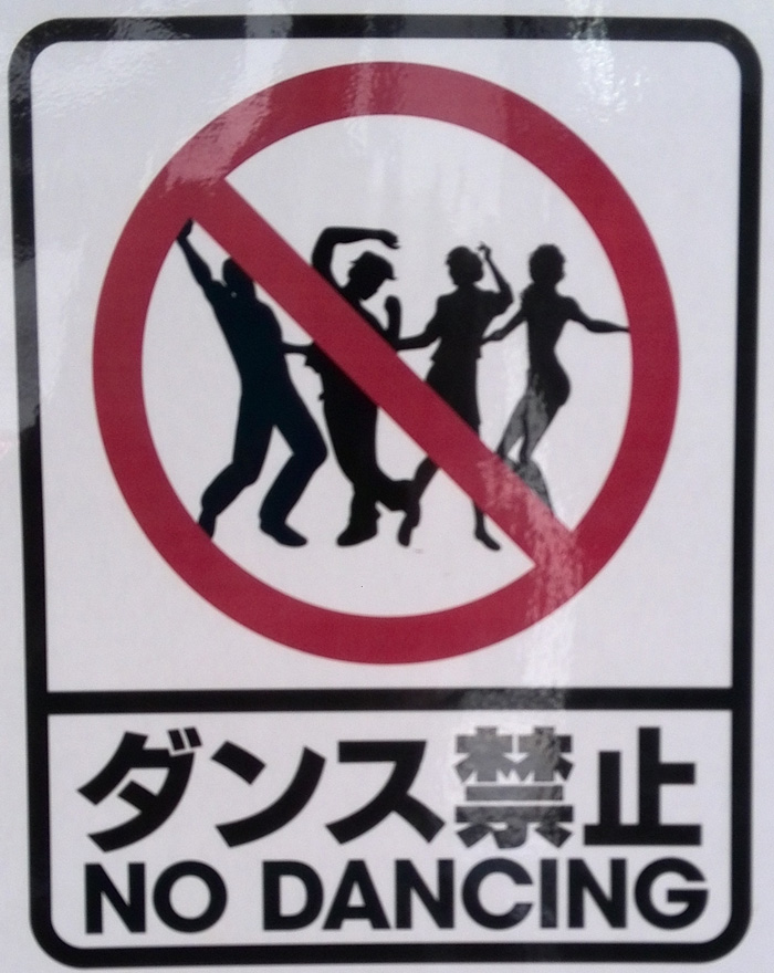 """No dancing"" sign in a bar in Tokyo. Photo by Nicolas1981. CC BY-SA 3.0"