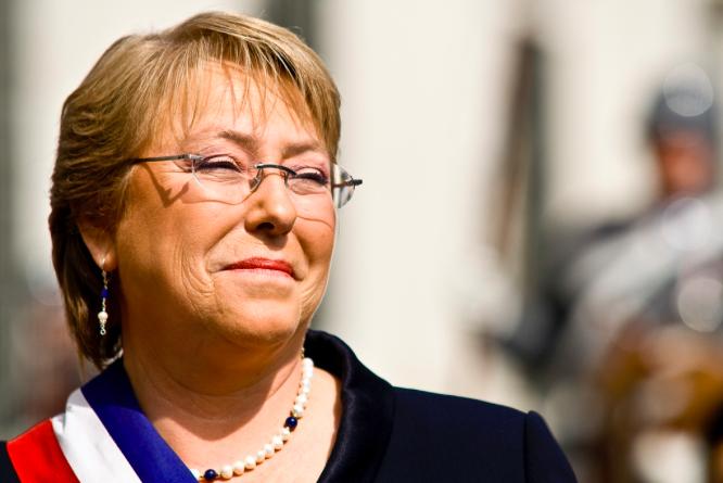La presidenta de Chile, Michelle Bachelet, pasó de gozar una alta popularidad en su gestión a foto tomada de la cuenta en Flickr de Oscar Ordenes bajor licencia Creative Commons.