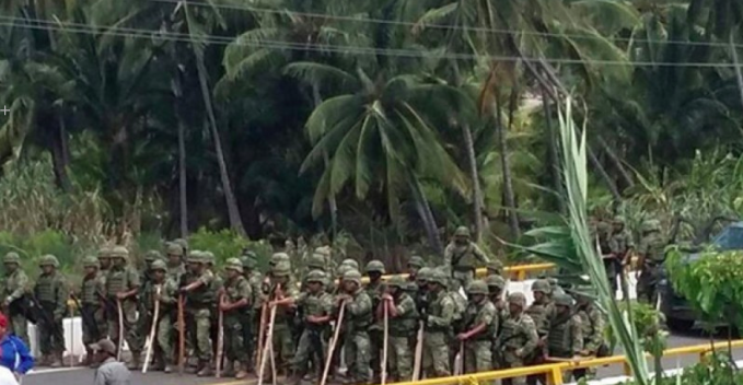 Image shared by several media. Shows the Mexican Army in Santa María de Ostula. Independent press and local sources denounced attacks to civilians during an operation. This and other photos have come forward during the coverage that has captured Internet users' attention in Mexico.