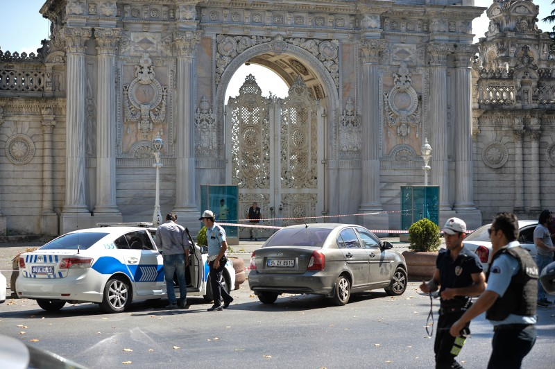 Istanbul, Turkey. 19th August 2015 -- Police cordon off the access to the iconic Dolmabahçe Palace in Istanbul, home to the prime minister's Istanbul offices, after a shootout with two armed men, believed to have been captured later in Taksim Square. -- Unknown men attack a police post outside the Dolmabahce Palace with a stun grenade. The Dolmabahçe Palace, popular with tourists, is home to the prime minister's Istanbul offices. 2 suspects with automatic guns have been captured close to Taksim sq.