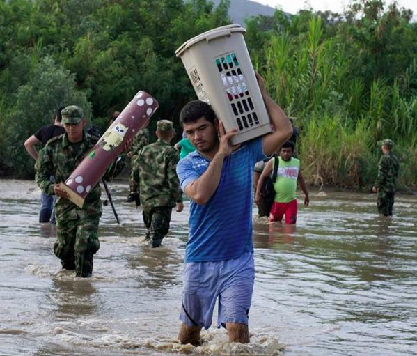 Temiendo ser deportados o agredidos durante la suspensión de garantias constitucionales, muchos inmigrantes indocumentados colombianos han empezado a cruzar el río Táchira para huir de Venezuela. Foto tomada de la cuenta en Instagram de Daniel Blanco y usada con autorización.