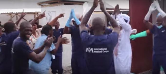 獅子山共和國醫護人員慶祝最後一名伊波拉病患出院 · Global Voices 繁體中文