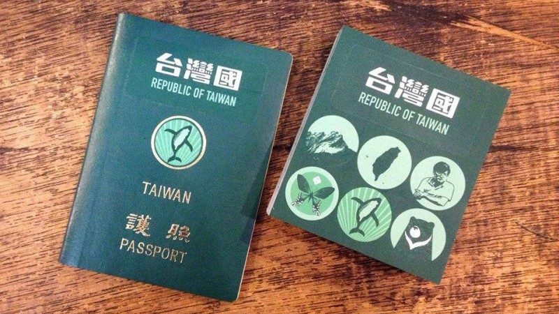 "Certains taïwanais préfèrent couvrir la mention ""République de Chine"" sur leur passeport avec un autocollant ""République de Taiwan."" Photo de Taiwanese in Europe (Taïwanais en Europe)."