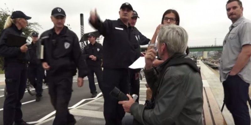 Istinomer journalists being confronted by municipal police officers. Screenshot of Istinomer video.