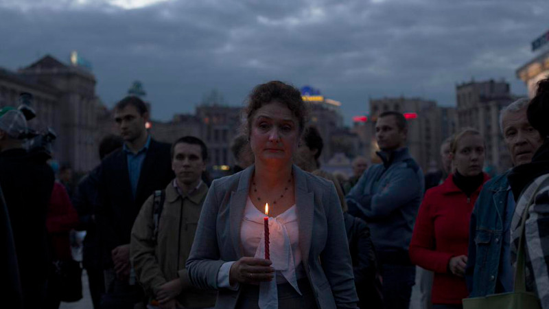 An activist holds a candle at a rally in memory of murdered journalist Georgiy Gongadze on September 16 in Kyiv. Photo by Christopher Miller on Twitter.